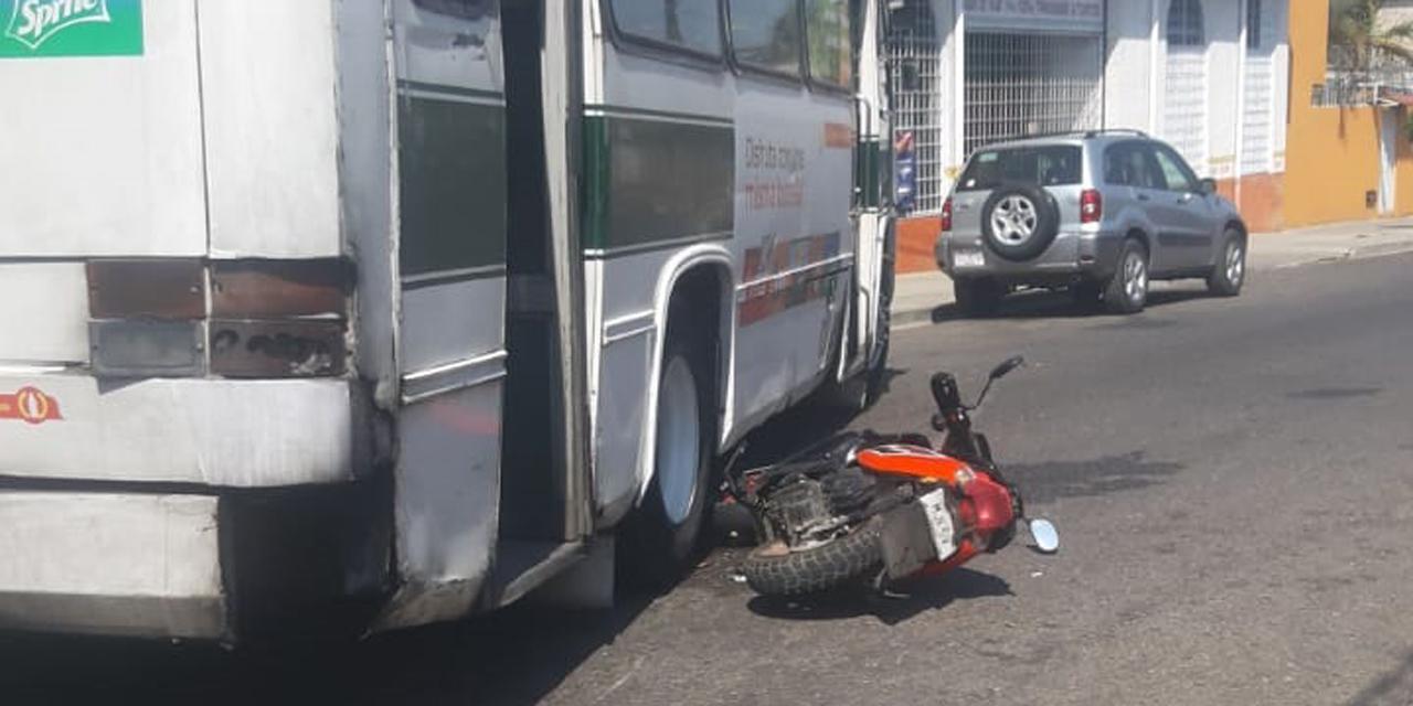 Urbano ocasiona accidente y se da a la fuga | El Imparcial de Oaxaca