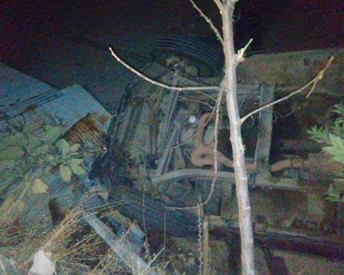 Camioneta se va al vacío | El Imparcial de Oaxaca