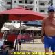 Video:  Turistas agreden a reportera que los captó en la playa