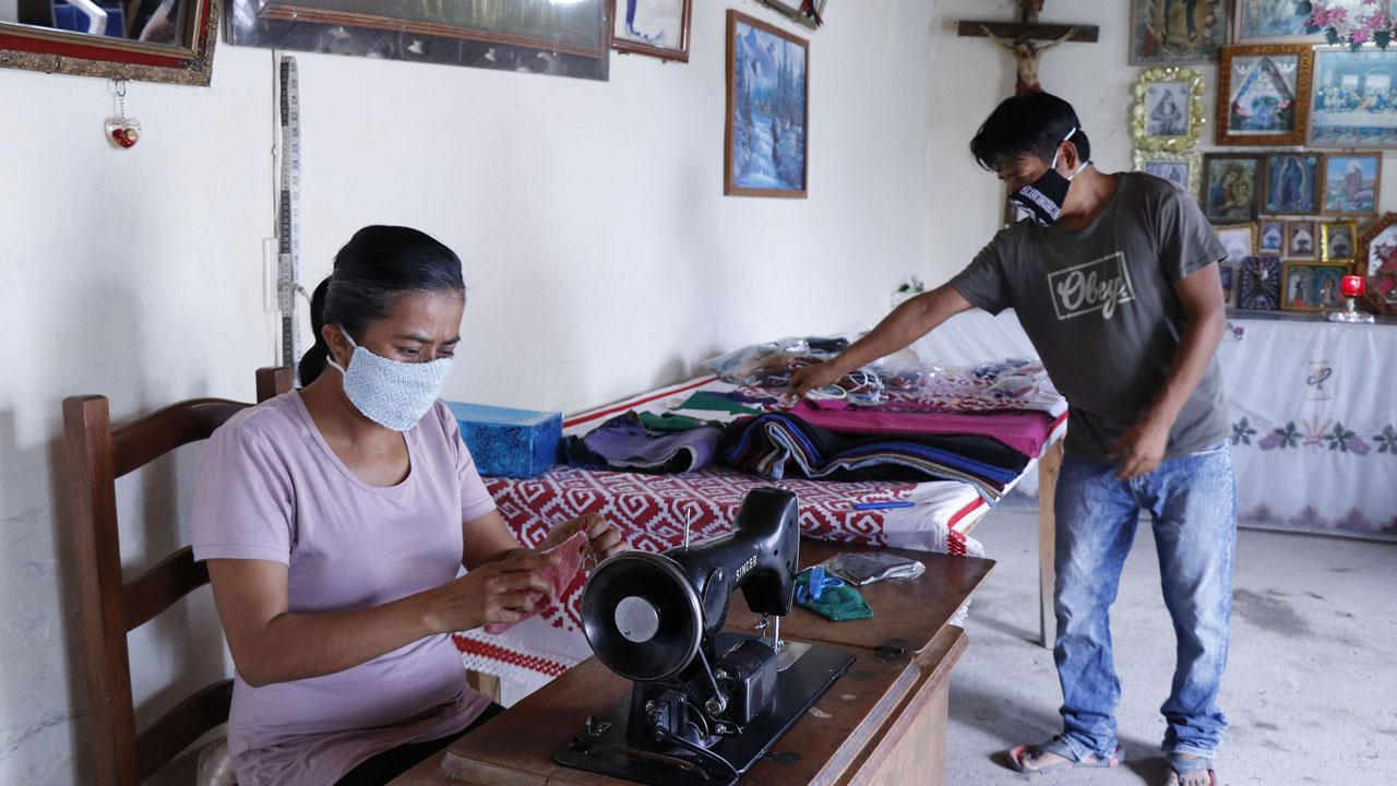 Artesanos de Mitla elaboran cubrebocas ante caída de ventas | El Imparcial de Oaxaca