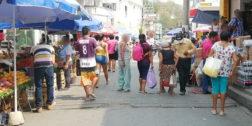 Aglomeración en calles de Pochutla en plena contingencia