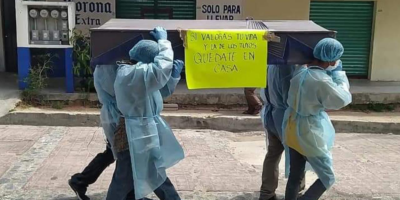Piden 'quedarse en casa' con ataúd en hombros | El Imparcial de Oaxaca