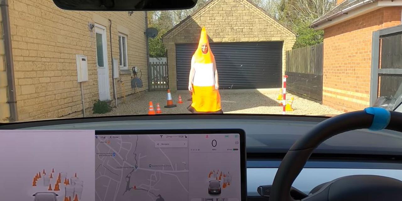 Video: Se disfraza de cono de tráfico para poner a prueba su Tesla | El Imparcial de Oaxaca