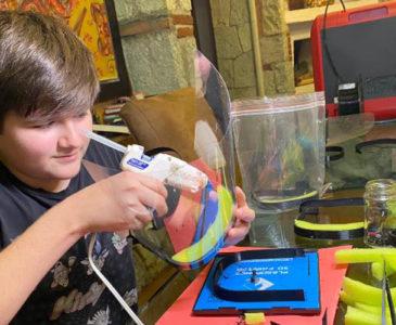 Chuza al Covid-19; niño oaxaqueño fabrica mascarillas para médicos