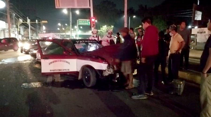 Taxista briago embiste una unidad de rescate frente al IEEPO | El Imparcial de Oaxaca