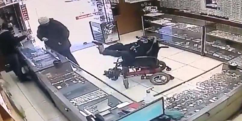 Video: Hombre sin brazos usa los pies para asaltar con pistola   El Imparcial de Oaxaca