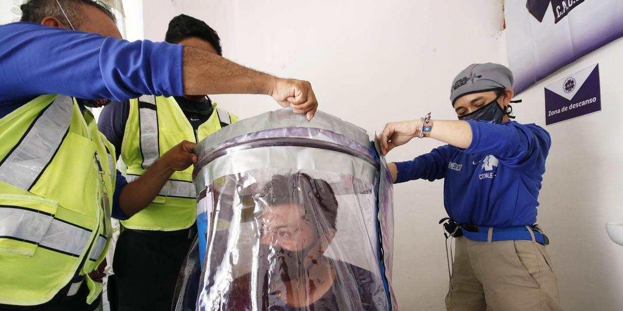 Paramédicos hacen cápsula contra Covid-19 con plástico   El Imparcial de Oaxaca