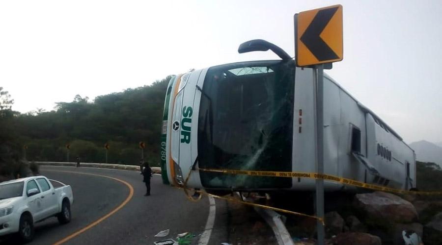 Pasajeros viven terror al volcar su autobús | El Imparcial de Oaxaca