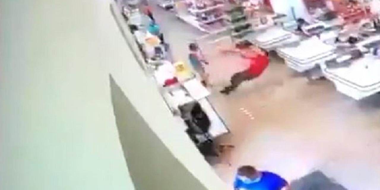Video: Cliente se molesta porque le piden usar cubrebocas y golpea a empleado | El Imparcial de Oaxaca