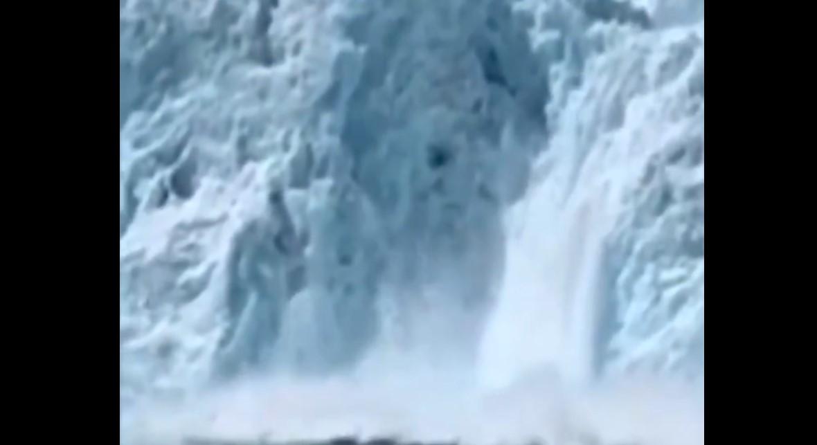 Video: Captan momento en que enorme fragmento de glaciar cae al agua | El Imparcial de Oaxaca