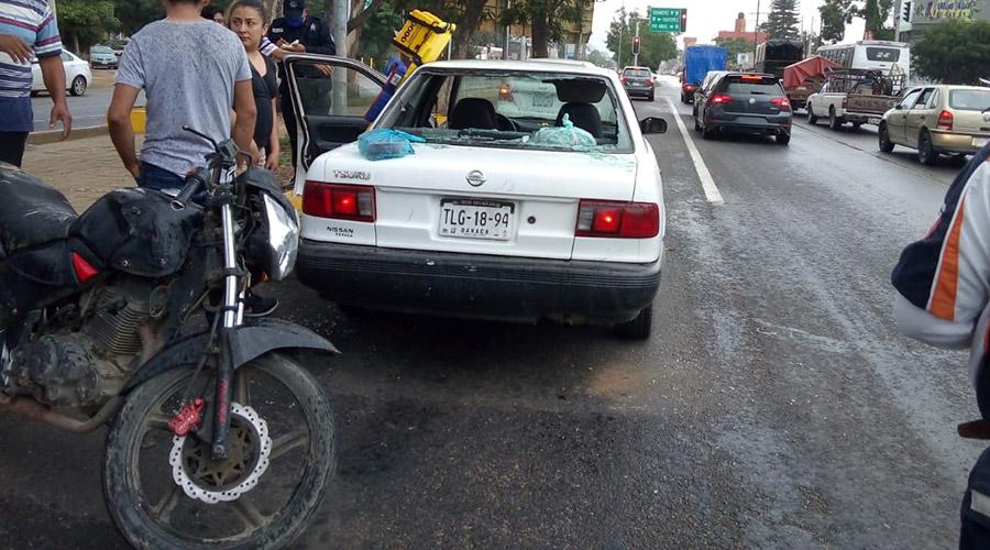 Se impacta motociclista en un auto en el Monumento a Juárez | El Imparcial de Oaxaca