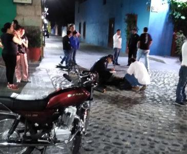 Camioneta embiste a motociclista en Jalatlaco y huye