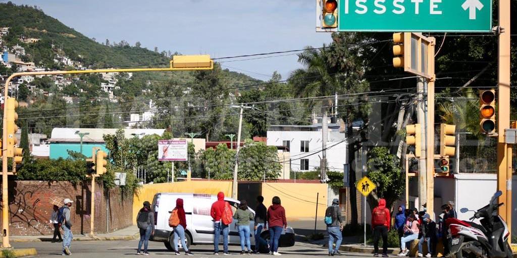Normalistas generan caos vial en la capital oaxaqueña | El Imparcial de Oaxaca