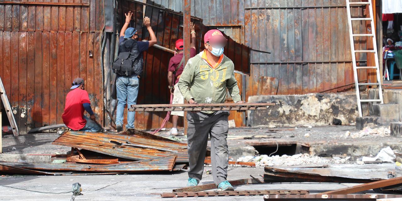 Despojan de casetas incendiadas a locatarios de la Central | El Imparcial de Oaxaca