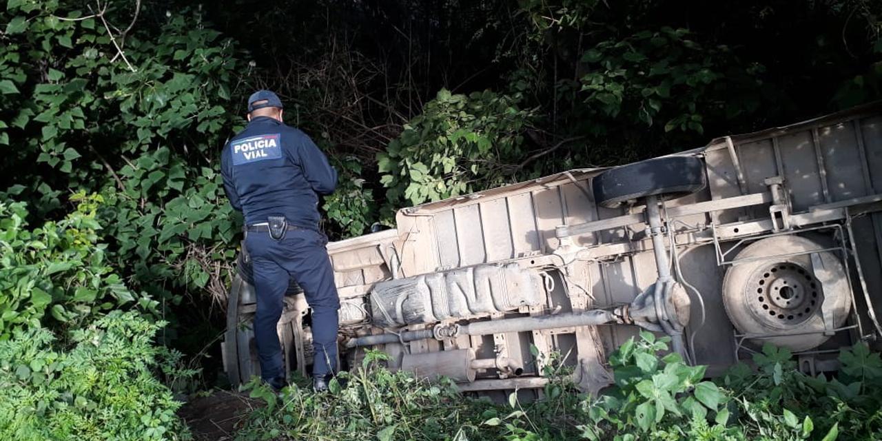 Volcadura rumbo a Sola de Vega sólo deja daños materiales | El Imparcial de Oaxaca