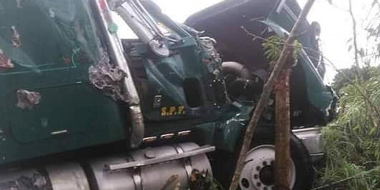 Camión cargado de papaya vuelca en carretera Pinotepa-Tlaxiaco | El Imparcial de Oaxaca