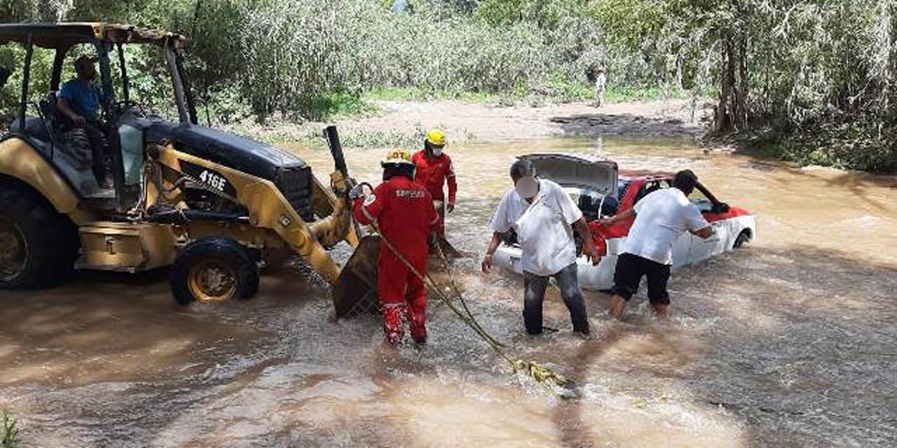 Taxista queda atrapado en el Río Mixteco   El Imparcial de Oaxaca