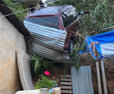 Camioneta casi cae sobre vivienda en Santa Anita; chofer huye de la escena