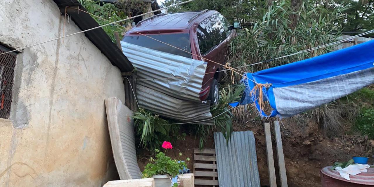 Camioneta casi cae sobre vivienda en Santa Anita; chofer huye de la escena | El Imparcial de Oaxaca