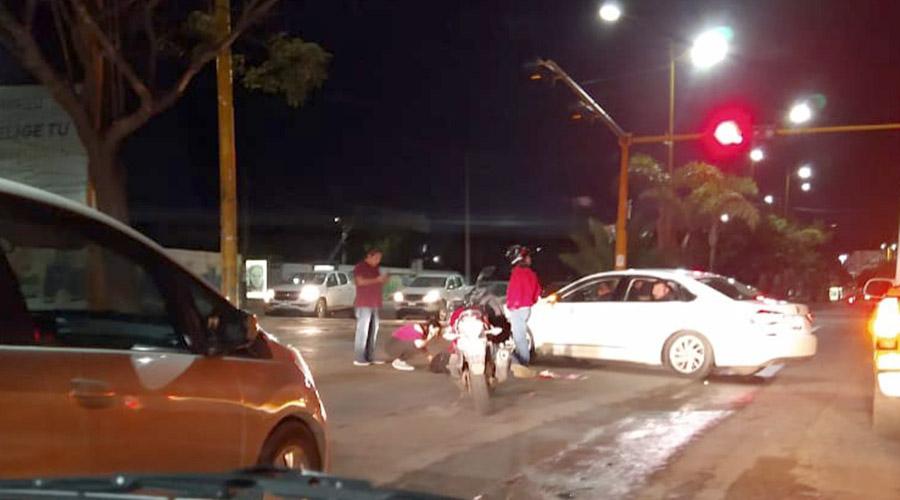 Mujer motociclista se impacta contra auto y queda inconsciente | El Imparcial de Oaxaca