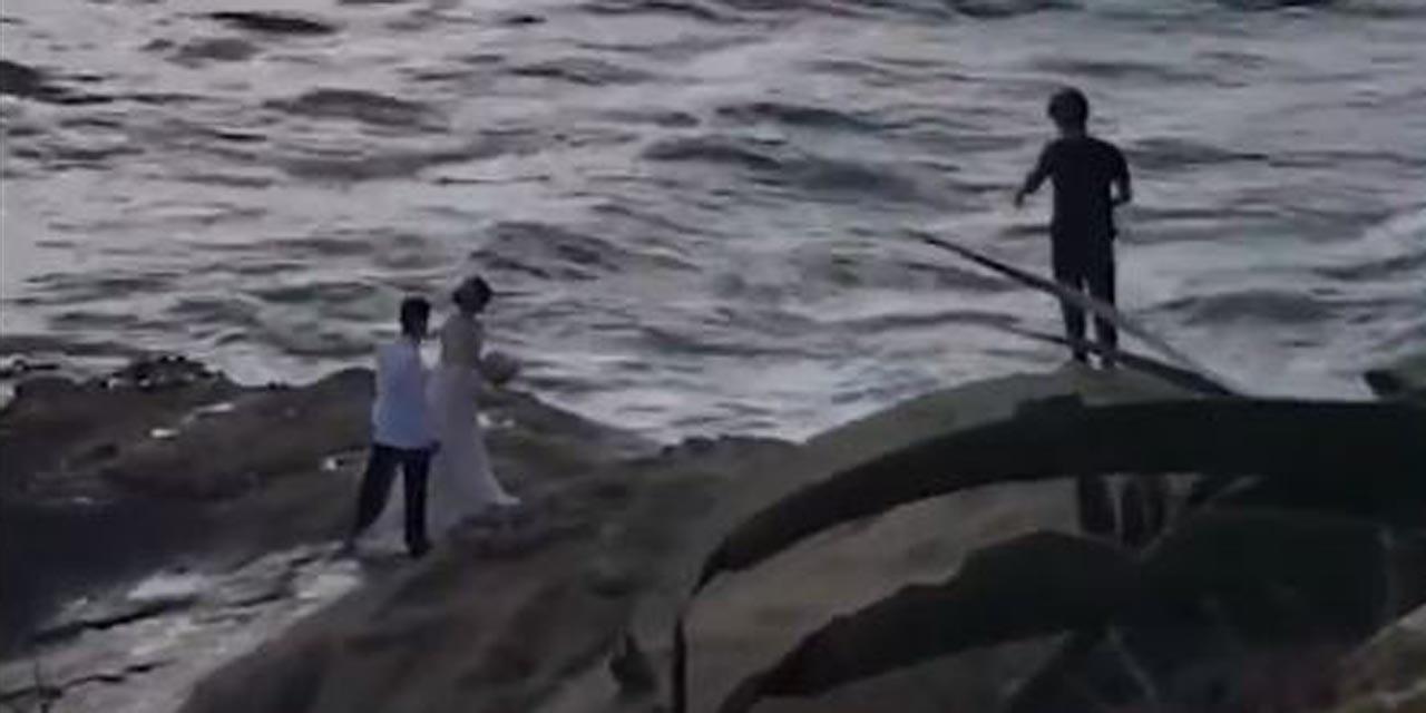 Video: Recién casados es arrastrada por una ola durante una sesión de fotos | El Imparcial de Oaxaca