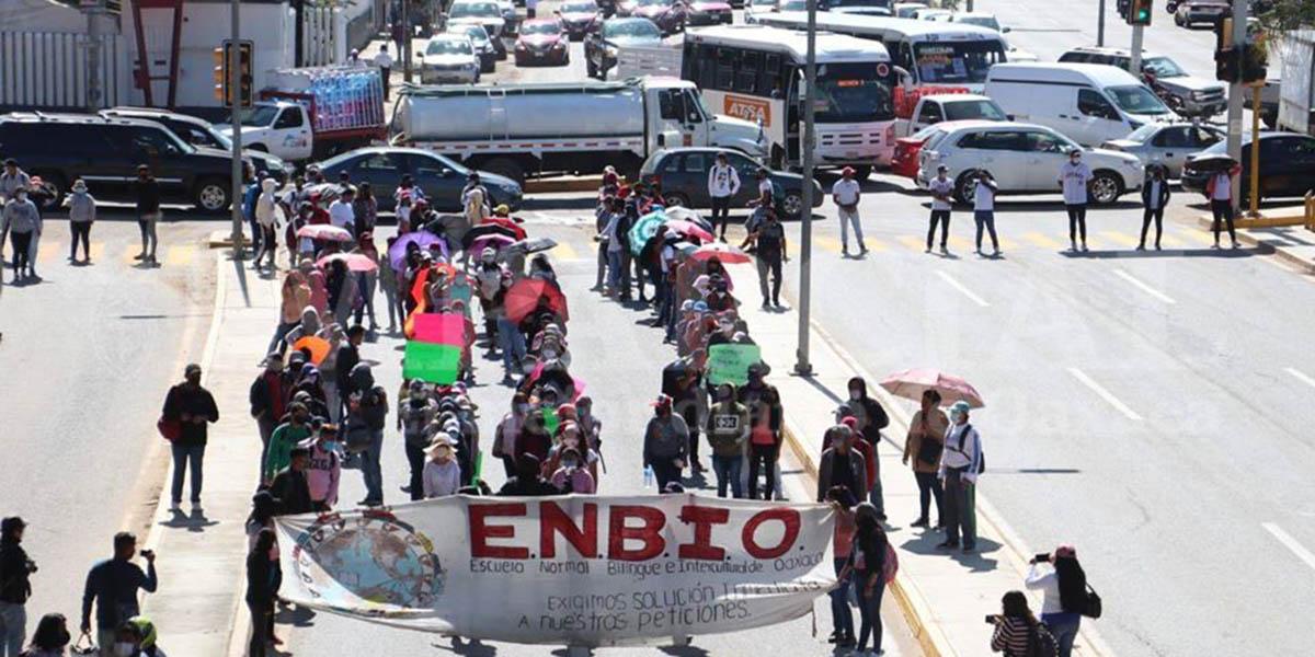 Estudiantes normalistas y aspirantes protestan tras examen de admisión | El Imparcial de Oaxaca