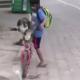 Video: Niño se hace viral por ponerle cubrebocas a su perro cuando lo saca a pasear