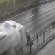 Video: Hombre se salva de milagro de ser atropellado mientras esperaba el autobús