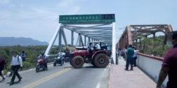 Comuneros de Tehuantepec bloquean Puente de Fierro