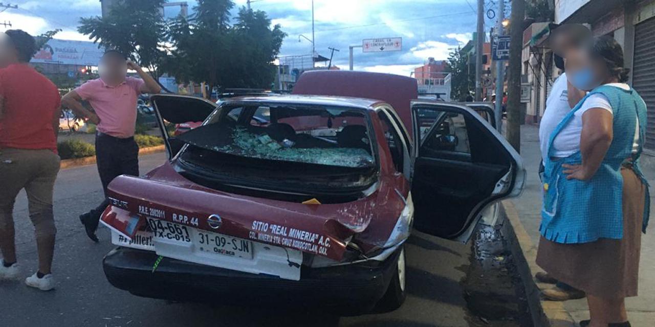 ¡Barda cae sobre taxi en Xoxocotlán! | El Imparcial de Oaxaca