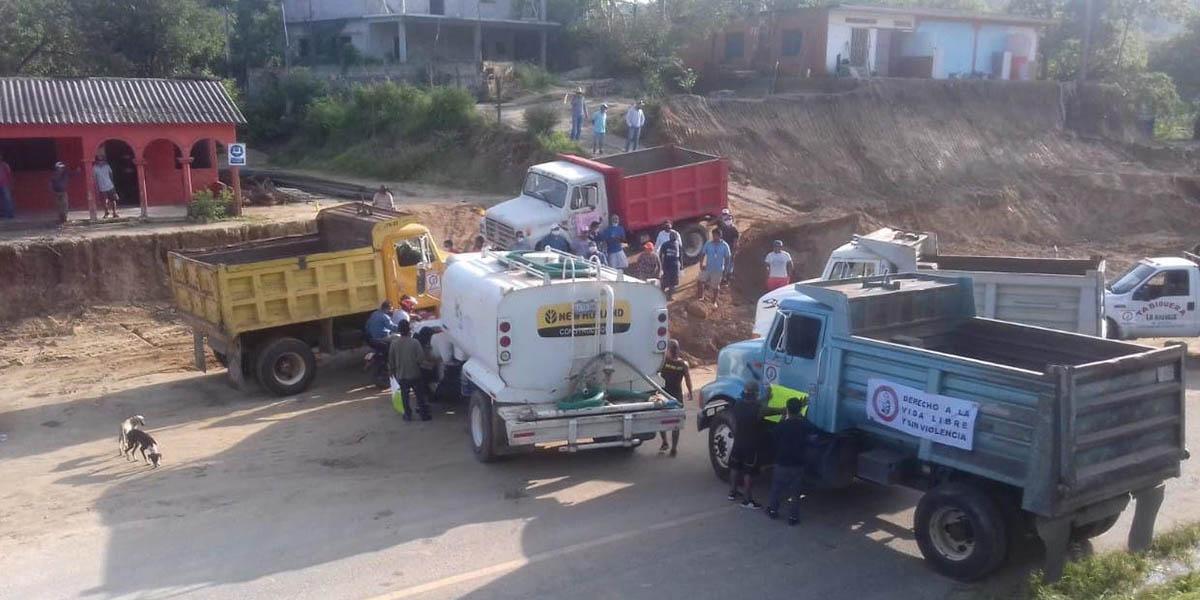 Transportistas bloquean la carretera federal 190 y 200 en Oaxaca | El Imparcial de Oaxaca