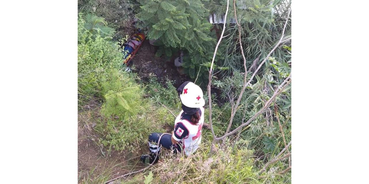 Mujer cae a hondanada de 10 metros en carretera a Monte Albán | El Imparcial de Oaxaca