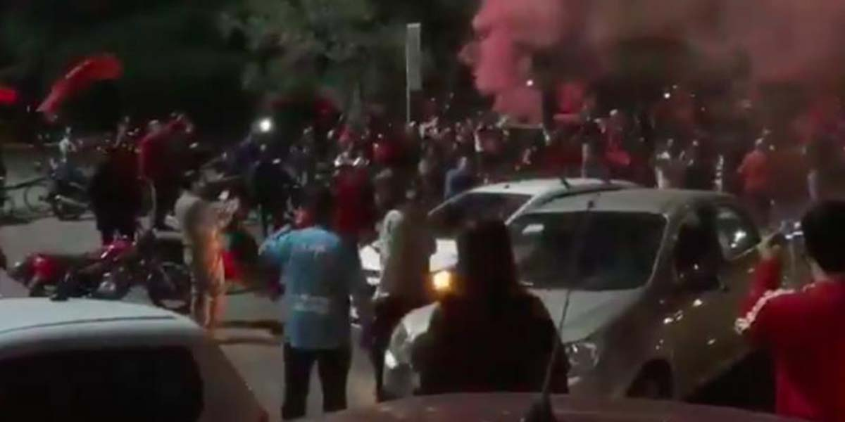 Video: Cientos de aficionados de Newell's marchan en Argentina por el fichaje de Messi | El Imparcial de Oaxaca
