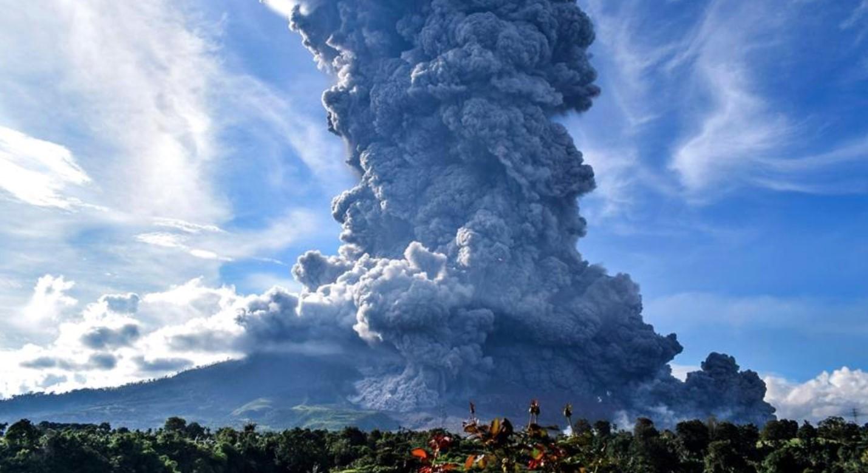Video: Volcán Sinabung en Indonesia lanza columna de ceniza de más de 7 kilómetros | El Imparcial de Oaxaca