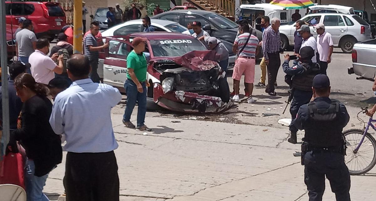 Aparatoso accidente entre taxi y camioneta en colonia del Maestro, Oaxaca | El Imparcial de Oaxaca