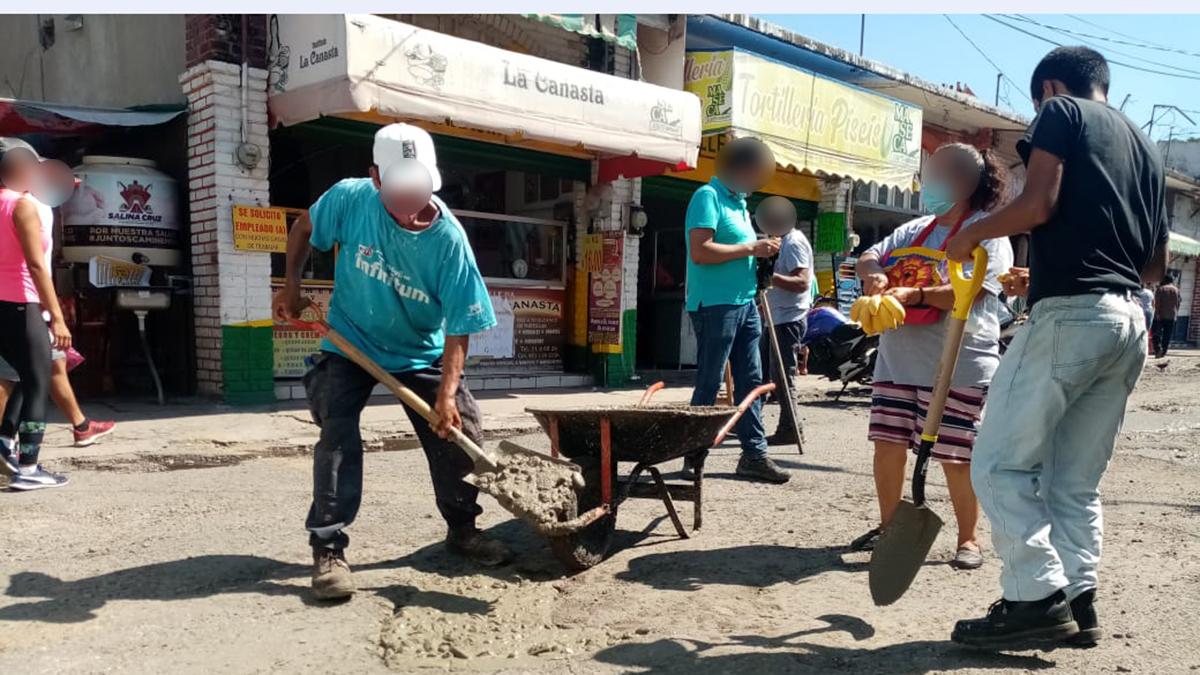 Ciudadanos de Salina Cruz se unen para reparar vía pública | El Imparcial de Oaxaca