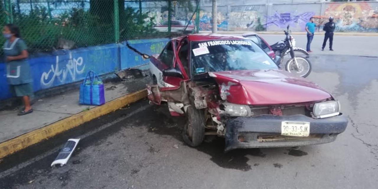 Taxista choca contra barda en céntricas calles de Oaxaca | El Imparcial de Oaxaca