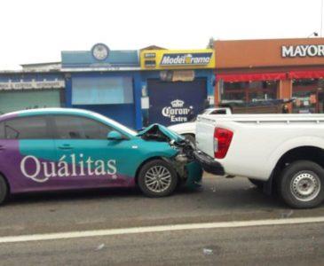 Vehículo de aseguradora se accidenta en Símbolos Patrios