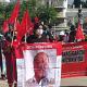 Militantes de Sol Rojo marchan en la ciudad de Oaxaca
