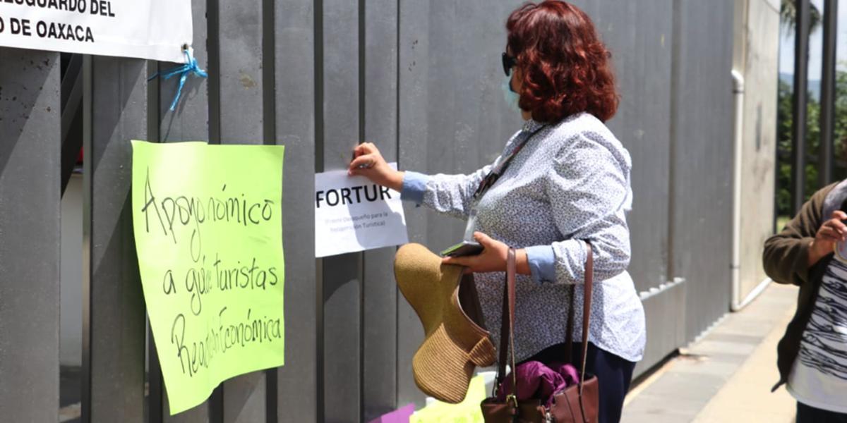 Prestadores de servicios turísticos protestan en el congreso local