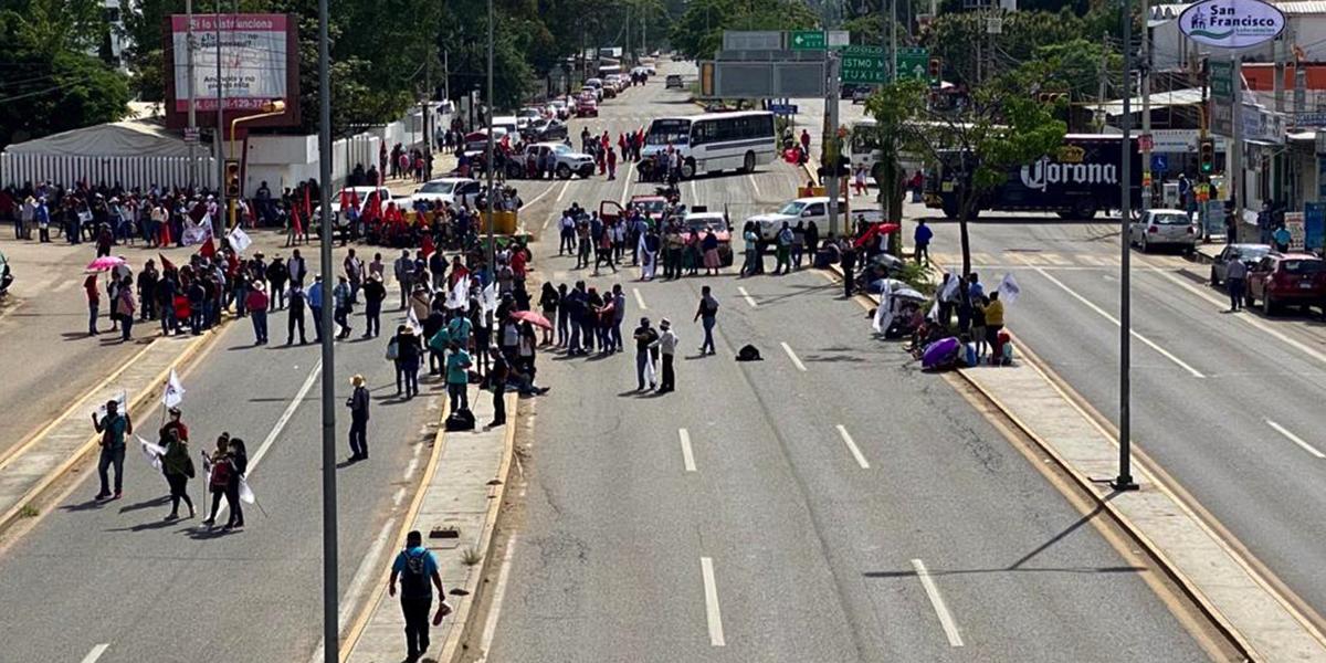 Realizan mitin, bloqueo y pintas por los 43 normalistas de Ayotzinapa | El Imparcial de Oaxaca