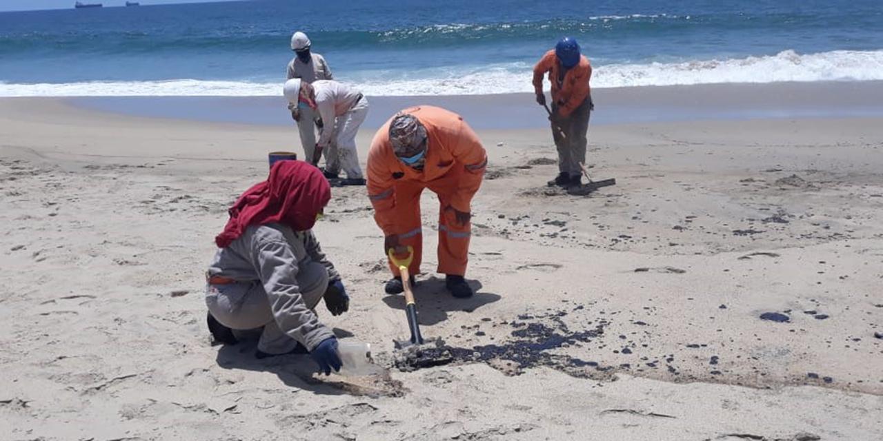 Limpian Playa Abierta tras derrame de hidrocarburo | El Imparcial de Oaxaca