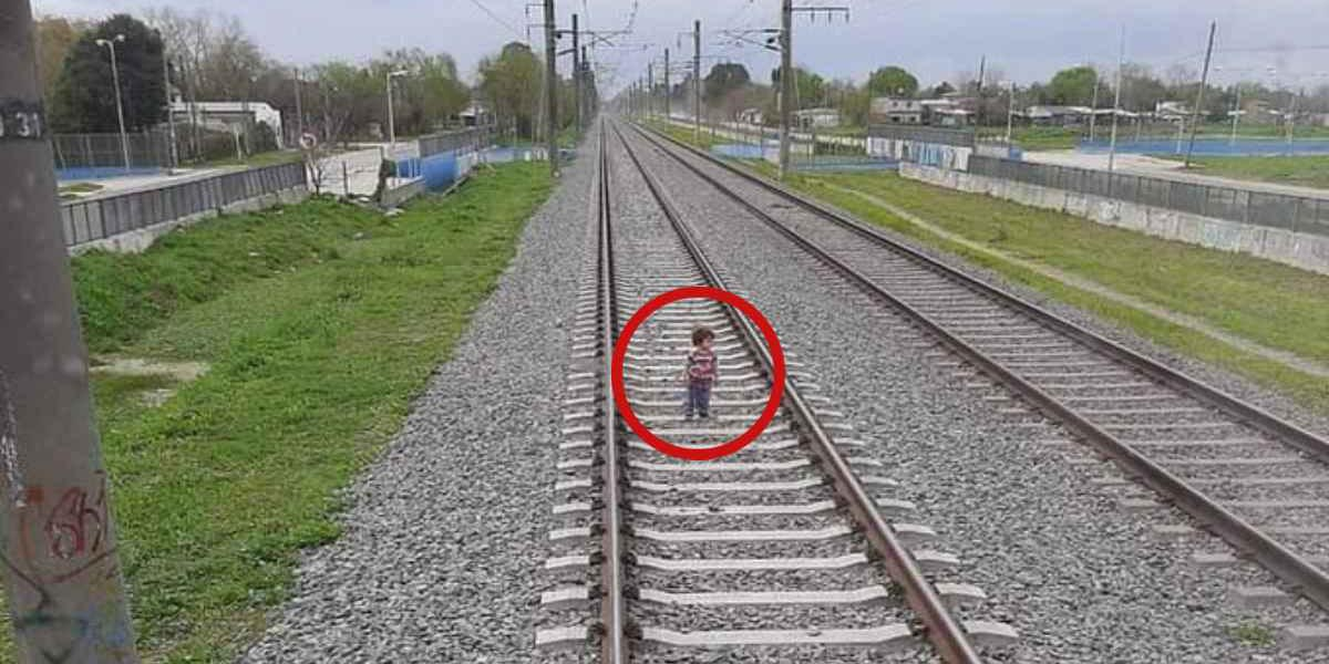 Video: Bebé que caminaba por las vías del tren se salva de morir arrollado   El Imparcial de Oaxaca