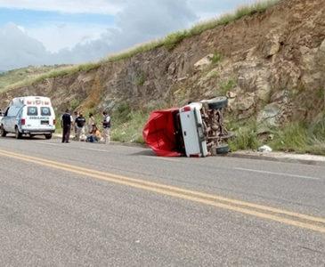 Aparatosa volcadura en carretera a Ocotlán deja dos lesionados