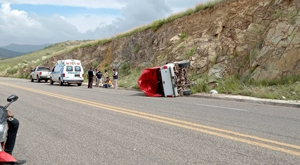 Aparatosa volcadura en carretera a Ocotlán deja dos lesionados | El Imparcial de Oaxaca