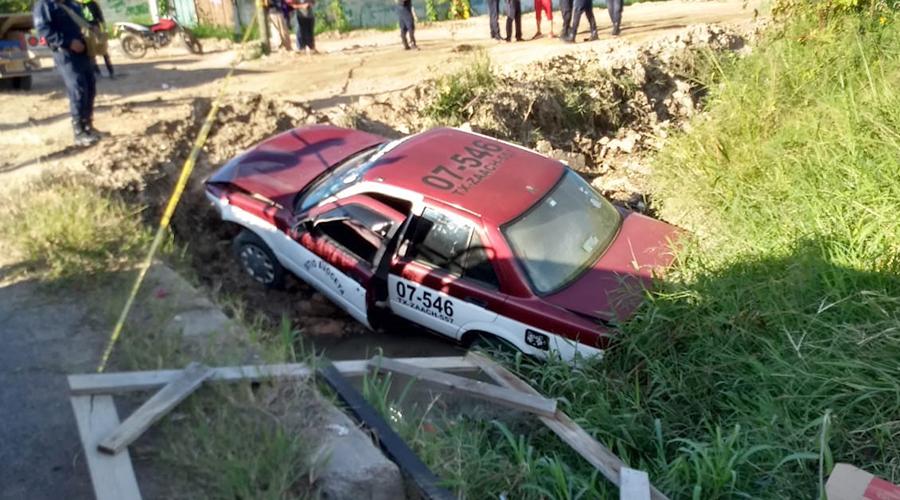 Taxi vuelca en zanja en Ánimas Trujano
