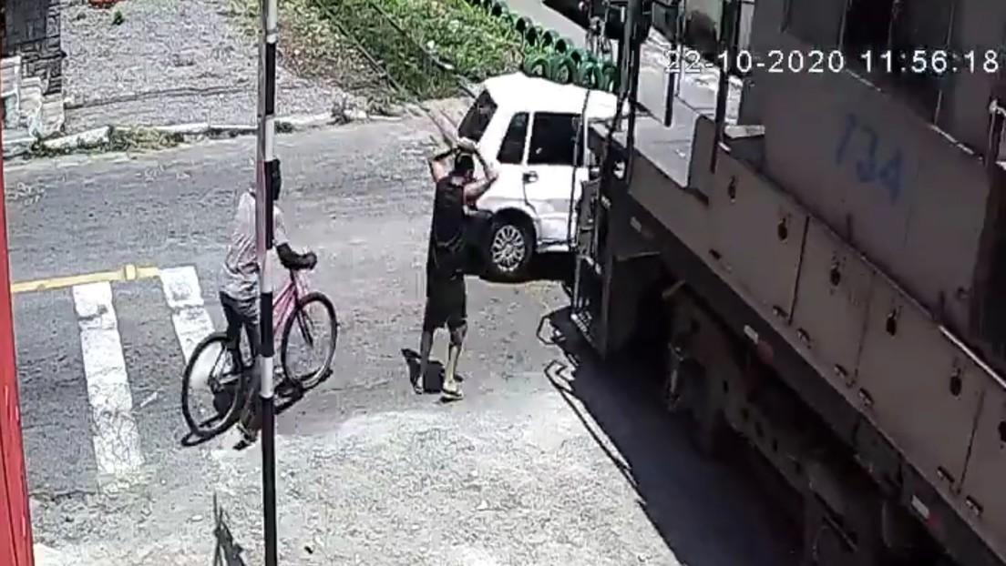 Video: Se descompone su coche justo sobre las vías de un tren | El Imparcial de Oaxaca