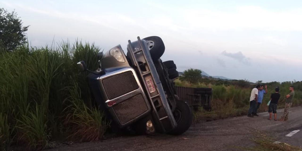 Vuelca tráiler en la carretera federal 200; el conductor se quedó dormido   El Imparcial de Oaxaca
