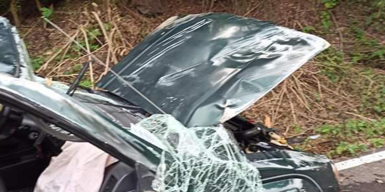 Familia sufre volcadura en carretera a Pluma Hidalgo