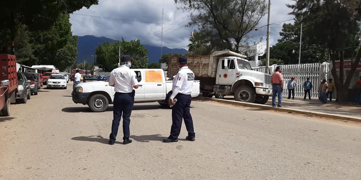 Autoridades y habitantes de Magdalena Ocotlán bloquean la carretera al Panteón Jardín | El Imparcial de Oaxaca